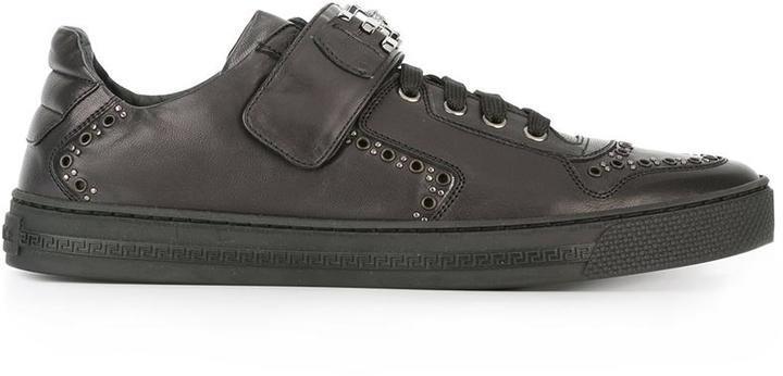 233b7cda7b6c1 ... Baskets basses en cuir à clous noires Versace