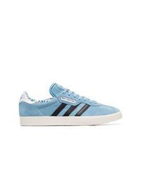 Baskets basses en daim bleu clair adidas