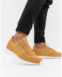 Baskets basses en daim marron clair Nike