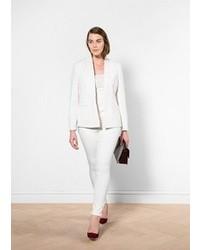 Harmonise un blazer blanc femmes Violeta BY MANGO avec un pantalon de  costume blanc pour un look de tous les jours facile à porter. Cet ensemble  est parfait ... a92b6cd5a47b