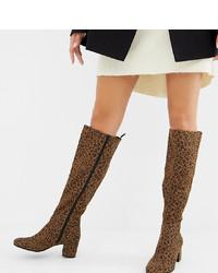 Bottes hauteur genou en cuir imprimées léopard marron Monki