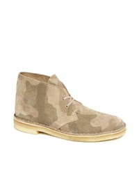 Bottines chukka en daim camouflage beiges Clarks Originals