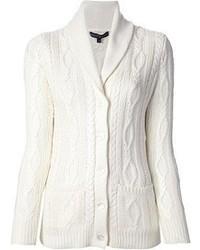 Un t-shirt à col en v et un cardigan à col châle sont un choix de tenue idéale à avoir dans ton arsenal.