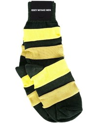 Chaussettes à rayures horizontales jaunes Issey Miyake