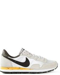 Chaussures de sport blanches et noires