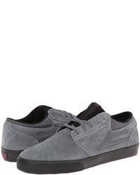 Chaussures de sport en daim grises