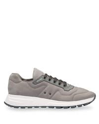 Chaussures de sport en daim grises Prada