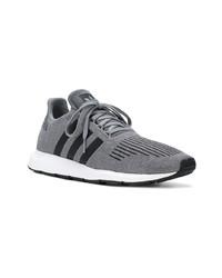 Chaussures de sport grises adidas