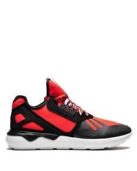 Chaussures de sport rouge et noir adidas