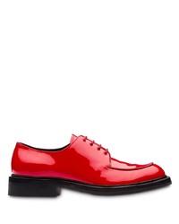 Chaussures derby en cuir rouges Prada