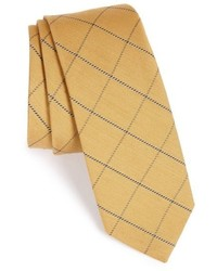 Cravate à carreaux jaune