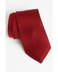 Cravate à rayures verticales