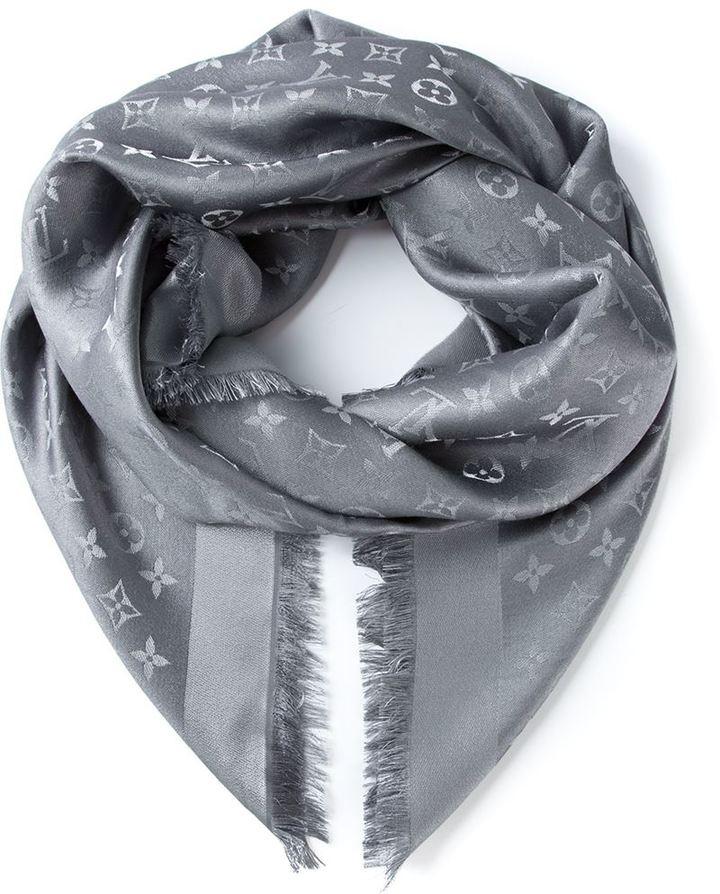Écharpe imprimée grise Louis Vuitton, €575   farfetch.com ... 348cb8db7a6