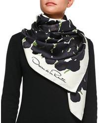 Acheter écharpe noire et blanche femmes  choisir écharpes noires et blanches  les plus populaires des meilleures marques   Mode femmes   Lookastic France cfee6899bc7