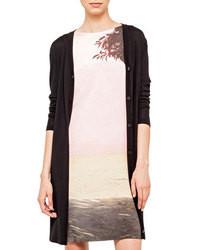 Opte pour un jean rose avec un gilet pour une tenue confortable aussi composée avec goût.