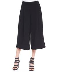 Opte pour un trench brun clair avec une jupe-culotte pour achever un look chic.