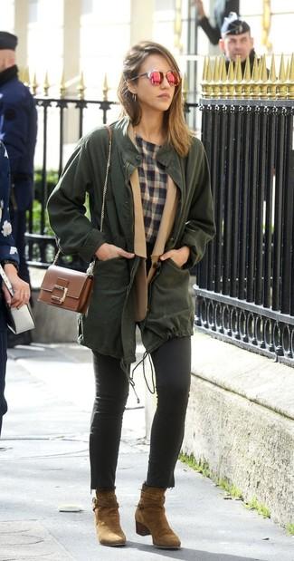 Comment porter: anorak vert foncé, blazer en laine marron clair, t-shirt à col rond écossais gris, jean skinny noir