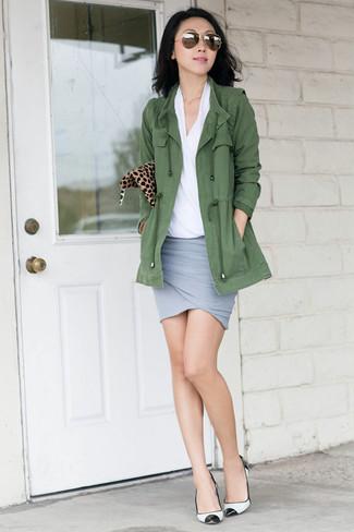 Comment porter: anorak olive, chemisier à manches courtes blanc, minijupe grise, escarpins en cuir blancs et noirs