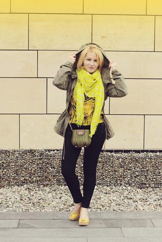 Comment porter: anorak olive, chemisier à manches longues jaune, jean skinny bleu marine, sandales compensées en cuir jaunes