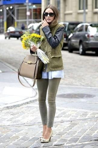 Comment porter un anorak olive: Pour créer une tenue idéale pour un déjeuner entre amis le week-end, pense à harmoniser un anorak olive avec un jean skinny olive. Termine ce look avec une paire de des escarpins en cuir dorés.