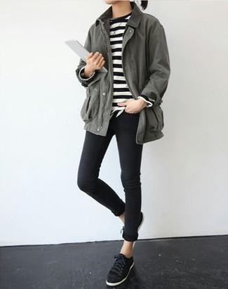Comment porter: anorak gris, pull à col rond à rayures horizontales noir et blanc, jean skinny noir, baskets basses en daim noires