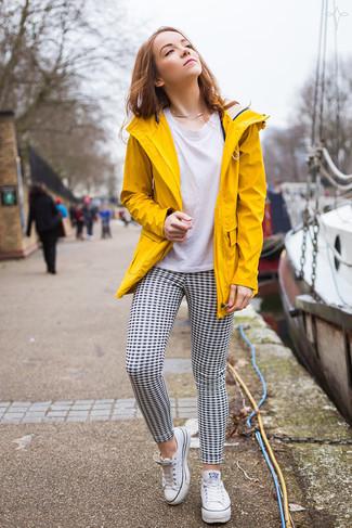 Comment porter: anorak jaune, t-shirt à col rond blanc, pantalon slim en vichy noir et blanc, baskets basses en toile blanches