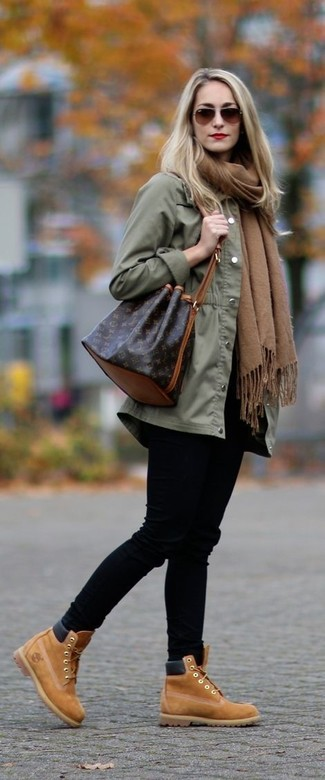 Comment porter un anorak olive: Pour créer une tenue idéale pour un déjeuner entre amis le week-end, harmonise un anorak olive avec un jean skinny noir. Termine ce look avec une paire de des bottines à lacets en daim marron clair pour afficher ton expertise vestimentaire.