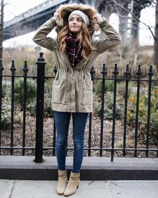 Comment porter: anorak beige, jean skinny bleu, bottines en daim beiges, bonnet en tricot blanc