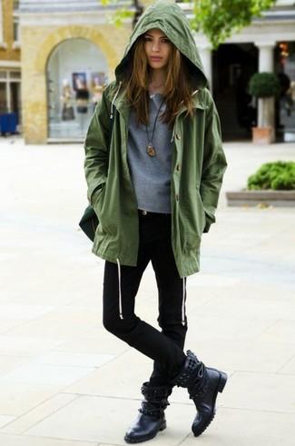 Comment porter: anorak olive, pull à col rond gris, jean skinny noir, bottes mi-mollet en cuir à clous noires