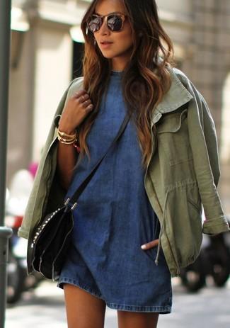 Comment porter: anorak olive, robe décontractée en denim bleue, sac bandoulière en cuir noir, bracelet doré