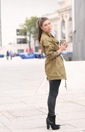Comment porter: anorak olive, pull à col rond imprimé léopard blanc et noir, jean skinny gris foncé, bottines en cuir noires