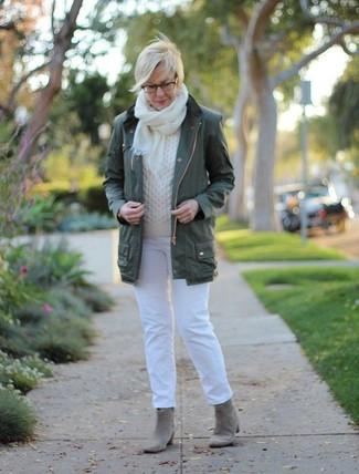 Comment porter: anorak vert foncé, pull torsadé blanc, jean blanc, bottines en daim grises