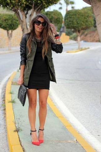 Comment porter un anorak olive: Harmonise un anorak olive avec une robe moulante noire pour une tenue idéale le week-end. Cette tenue est parfait avec une paire de des escarpins en daim fuchsia.