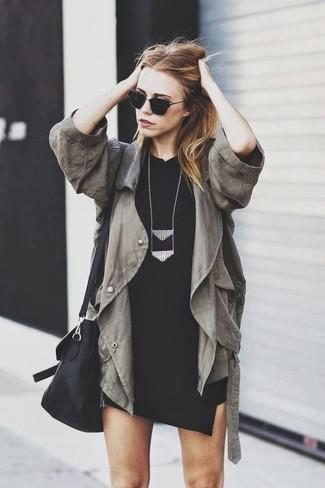 Comment porter: anorak olive, robe moulante noire, sac bandoulière en cuir noir, collier noir