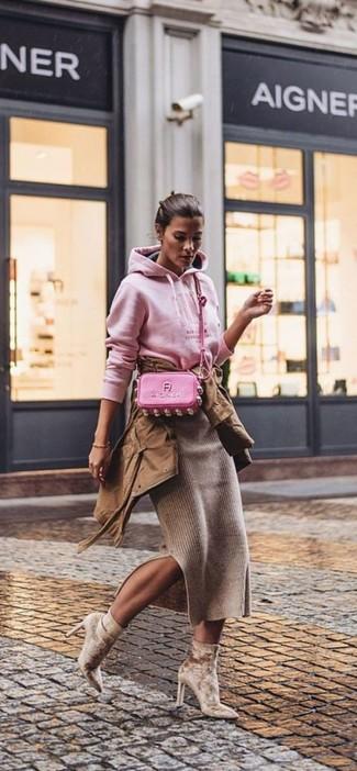 Comment porter: anorak marron, sweat à capuche imprimé rose, jupe mi-longue en tricot marron, bottines en velours marron clair