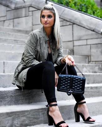 Comment porter un anorak olive: Essaie d'associer un anorak olive avec un jean skinny noir pour une tenue confortable aussi composée avec goût. Complète ce look avec une paire de des sandales à talons en daim à clous noires.