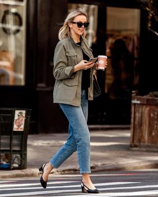 Comment porter un anorak olive: Pour une tenue de tous les jours pleine de caractère et de personnalité opte pour un anorak olive avec un jean bleu. Une paire de des escarpins en cuir noirs est une option avisé pour complèter cette tenue.