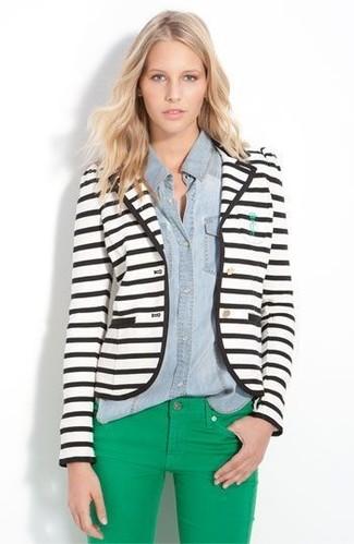 Pense à harmoniser un blazer blanc et noir avec un jean skinny vert pour une tenue idéale le week-end.