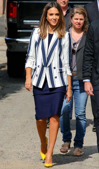 Un blazer blanc et bleu marine et une robe fourreau bleue marine sont un choix de tenue idéale à avoir dans ton arsenal. Jouez la carte classique pour les chaussures et opte pour une paire de des escarpins en cuir jaunes.