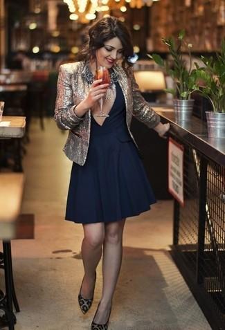 Pense à porter un blazer pailleté argenté et une robe évasée bleu marine pour un look idéal au travail. Assortis ce look avec une paire de des escarpins en daim imprimés léopard beiges.