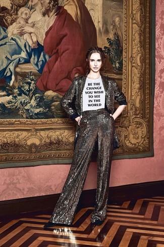 Comment porter: blazer pailleté argenté, t-shirt à col rond imprimé blanc et noir, pantalon large pailleté argenté, escarpins en daim noirs