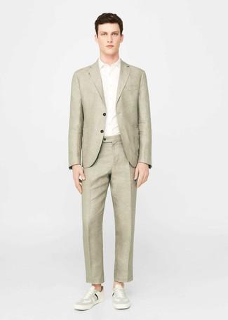 Comment porter: blazer en lin beige, chemise à manches courtes blanche, pantalon de costume en lin beige, baskets basses beiges