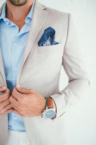 Comment porter: blazer à carreaux beige, chemise à manches longues bleu clair, pantalon chino blanc, pochette de costume à fleurs bleu marine