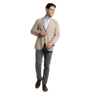 Comment porter: blazer beige, chemise à manches longues bleu clair, pantalon chino gris foncé, bottines chukka en cuir marron foncé
