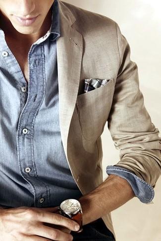 Comment porter: blazer en lin beige, chemise à manches longues en chambray bleu clair, pochette de costume écossaise grise, montre en cuir marron