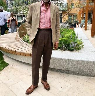 Comment porter: blazer écossais beige, chemise à manches longues à rayures verticales rose, pantalon de costume marron foncé, mocassins à pampilles en cuir marron