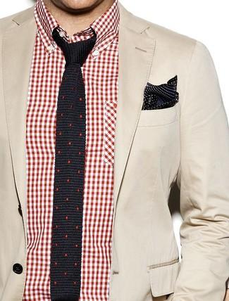 Comment porter: blazer en coton beige, chemise à manches longues en vichy rouge et blanc, cravate en soie á pois noire, pochette de costume en soie á pois noire et blanche