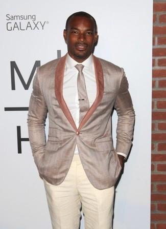 Comment porter: blazer beige, chemise de ville blanche, pantalon de costume beige, cravate beige