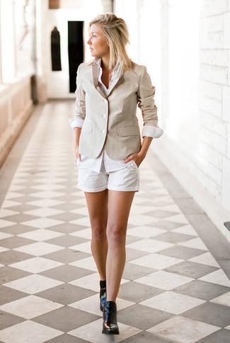 Comment porter un short blanc à 30 ans: Pour créer une tenue idéale pour un déjeuner entre amis le week-end, pense à associer un blazer beige avec un short blanc. Une paire de des bottines en cuir noires est une option avisé pour complèter cette tenue.