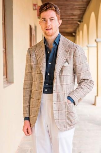 Comment porter: blazer en laine à carreaux beige, chemise de ville en chambray bleu marine, pantalon de costume blanc, pochette de costume blanche
